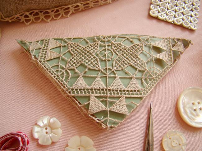 Motif triangle en dentelle faite à l'aiguille,dentelle Reticella 14x10x10cm