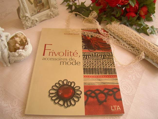 Livre 'Frivolité, accessoires de mode' de Bernadette Baldelli par LT