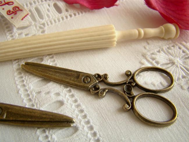Jolie paire de ciseaux en breloque couleur bronze pour décorer vos créations ...