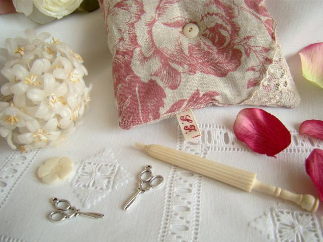 Jolie paire de ciseaux en breloque couleur argent pour décorer vos créations