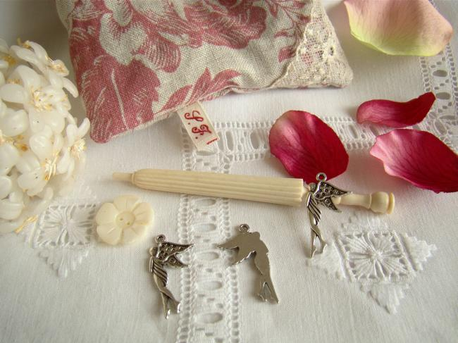Petite fée en breloque couleur argent veilli pour décorer vos créations...