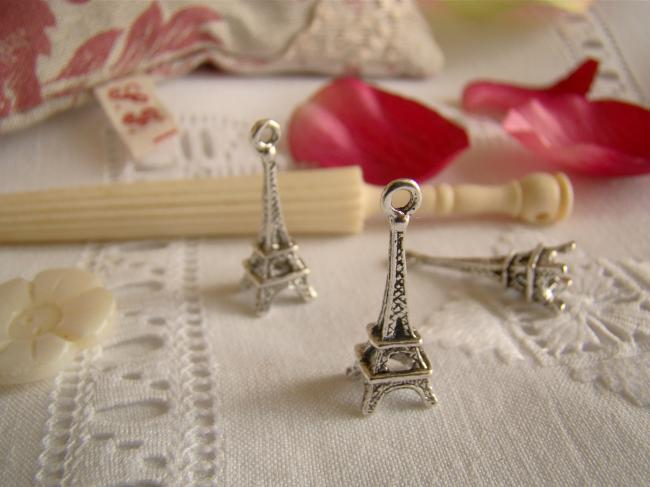 Petite tour Eiffel en breloque couleur argent veilli pour décorer vos créations