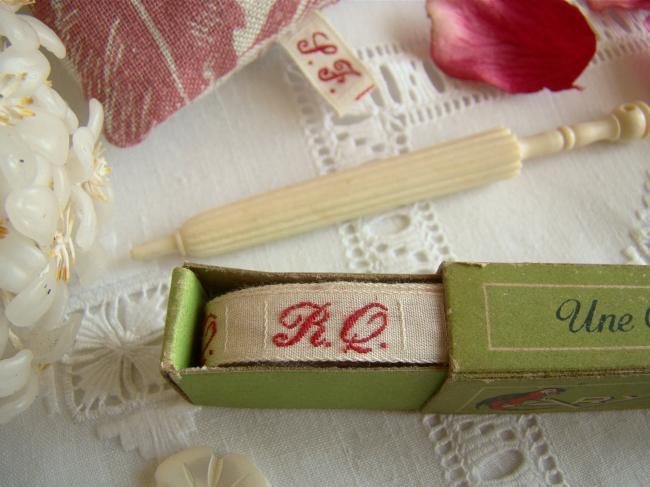 Boite de ruban blanc avec initiales 'RQ' tissées en rouge 1920,  Marque Ary