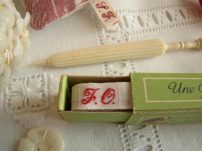 Boite de ruban blanc avec initiales 'FO' tissées en rouge 1920,  Marque Ary