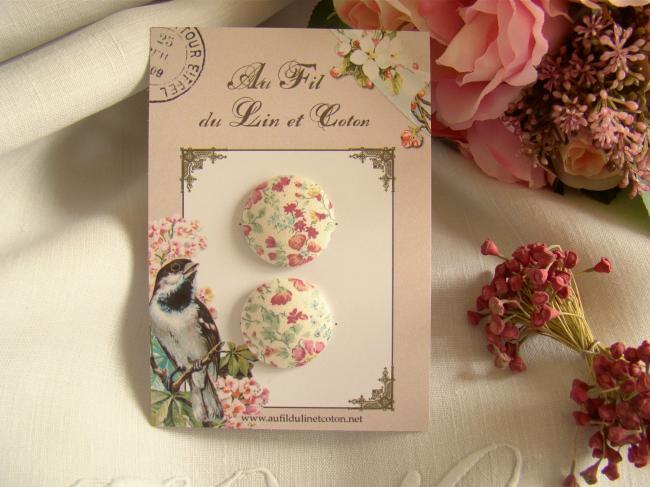 Jolie carte de 2 boutons recouverts de tissu Liberty de petites fleurs roses