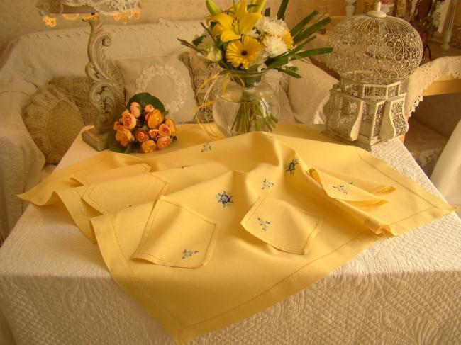 Joli service à thé printannier brodé à la main 1950 avec ses serviettes