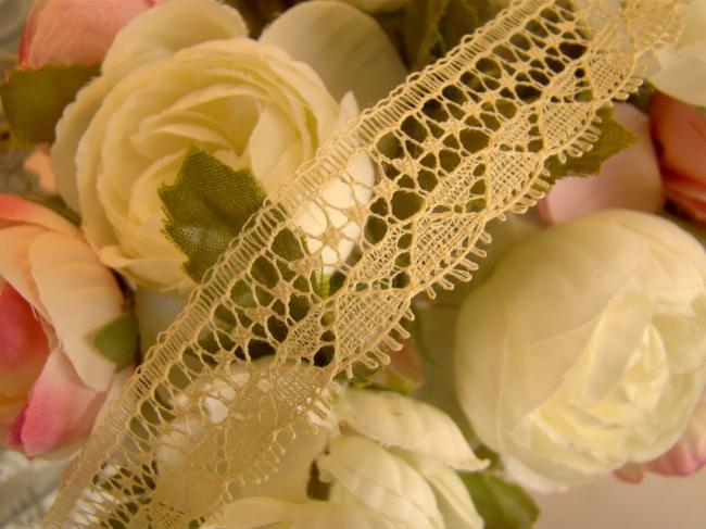 Adorable fine dentelle ancienne festonnée, de couleur paille très pâle, 20mm