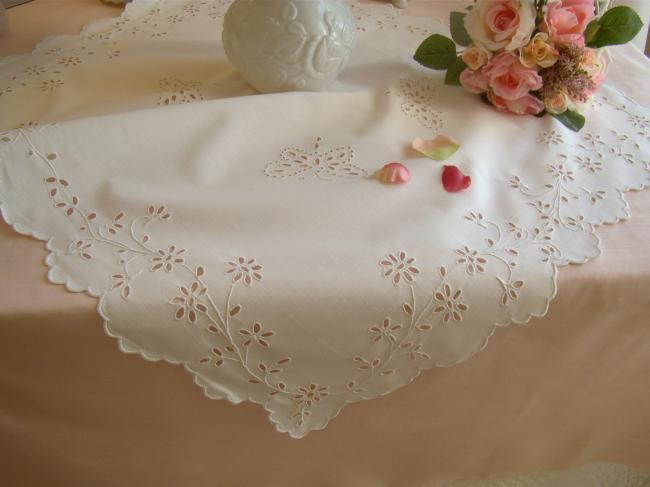 Adorable petite nappe brodée de rinceaux de fleurs et papillons à l'anglaise
