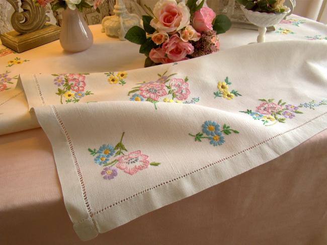Très jolie nappe brodée à la main d'une farandole de fleurs du Printemps