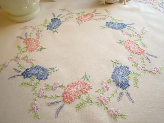 Romantique petite nappe en lin brodée d'Asters et Lavande, rose et bleu