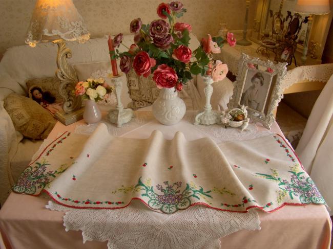 Joli dessus de cheminée brodé de bouquets de violettes et brins de mimosas