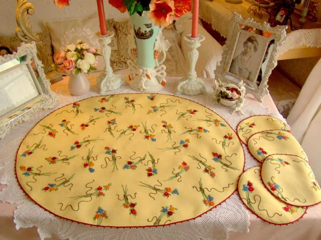 Adorable service de présentation à gâteau brodé de bouquet de fleurs