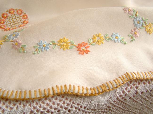 Adorable petite nappe ronde en voile brodé de marguerites 1950