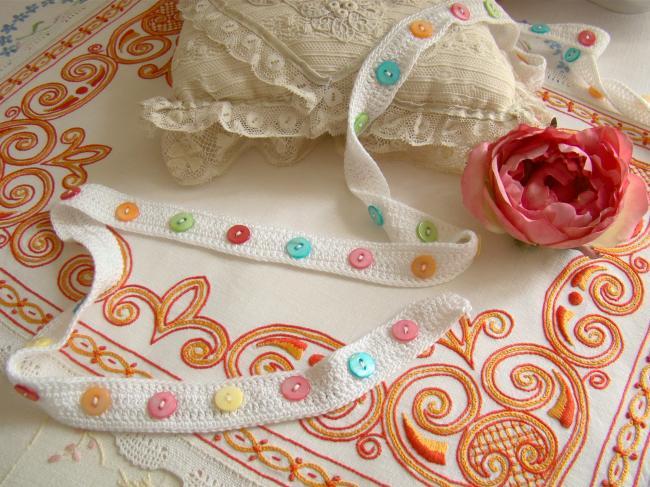 Merveilleuse bande en coton crocheté avec boutons de nacre multicolore