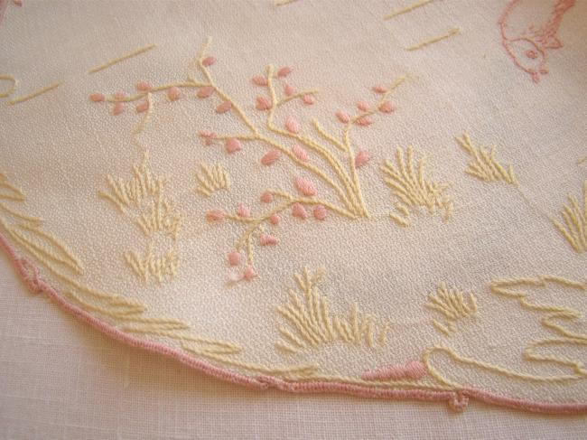Magnifique centre de table en lin granité brodé de fleurs rose saumon et anis
