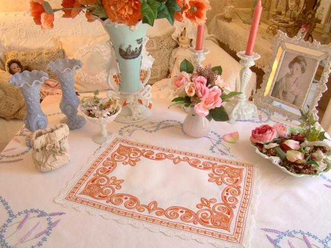 Charmant centre de table en pur lin, broderie orange et petite dentelle