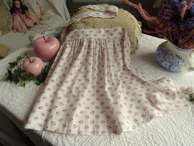 Adorable tablier de petite fille en cotonnade de petites baies rouges
