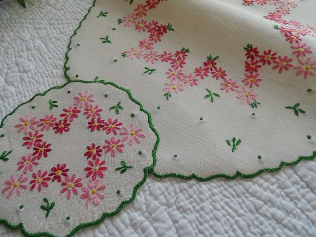Adorable centre de table et son coordonné brodés de fleurs roses