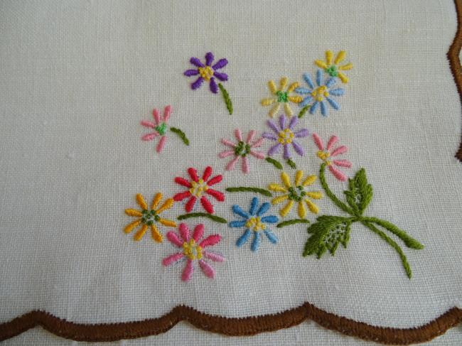 Jolie pochette range-serviette brodée de fleurs