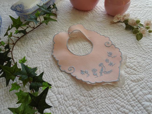 Adorable bavoir de bébé en lin rose brodé d'un oiseau bleu et petite dentelle