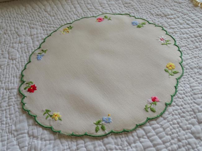 Joli napperon brodé de petites fleurettes de style anglais