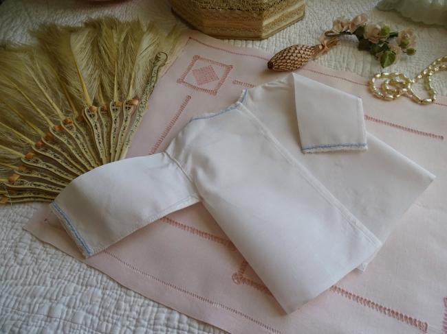 Charmante ancienne petite brassière brodée en fin coton et petite dentelle