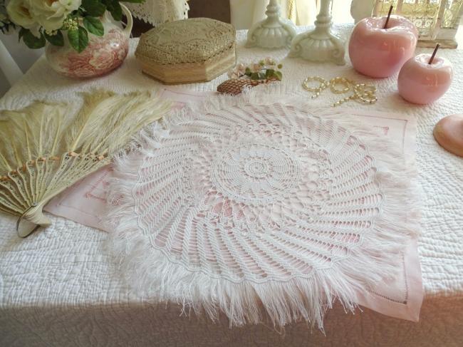 Superbe grand centre de table en très fine dentelle de crochet et franges