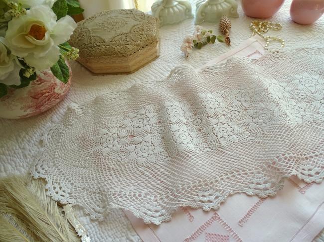 Charmant chemin de table fait au crochet, décor de roses 1930