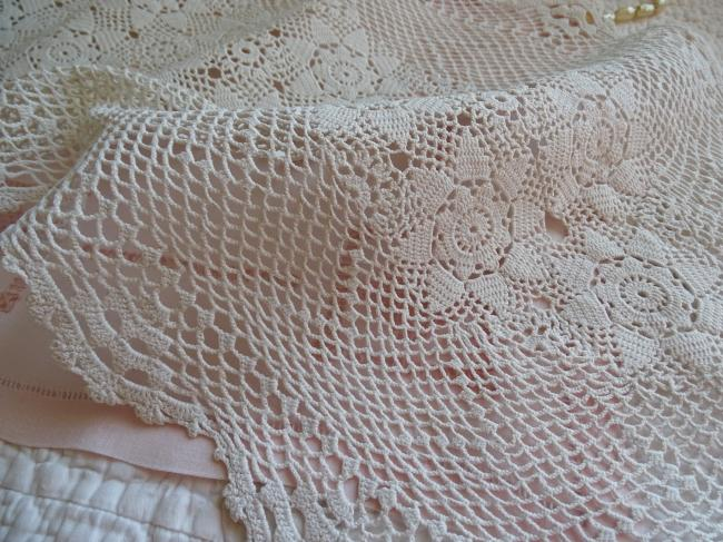 Charmant chemin de table fait au crochet, décor de roses 1930