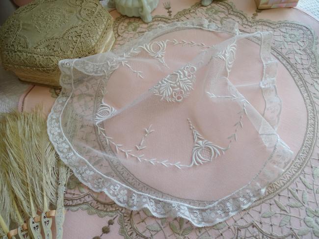 Magnifique centre de table en tulle rebrodé en broderie blanche élaborée