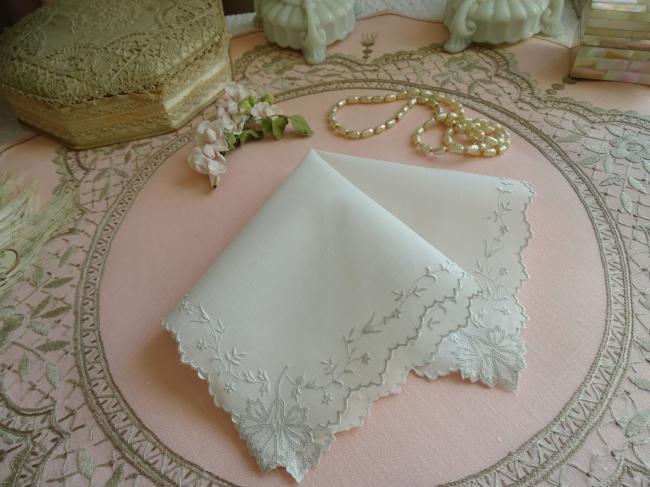 Superbe mouchoir en fil brodé d'oeillets ajourés et rinceau végétal
