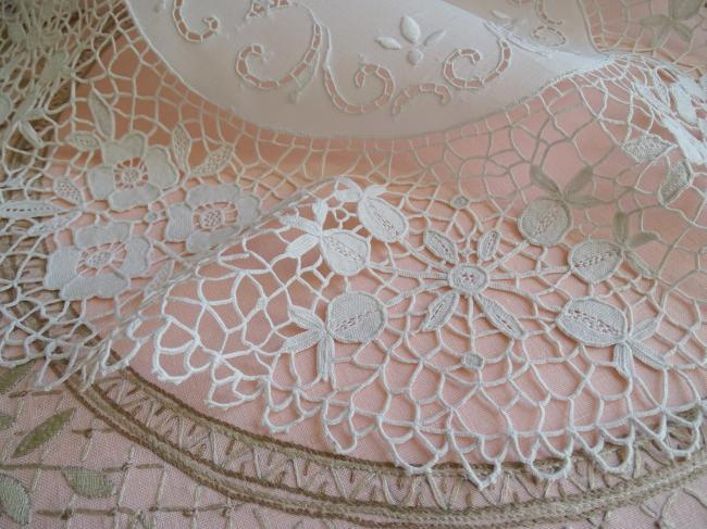 Magnifique centre de table ajouré et brodé, large dentelle de Venise 1900