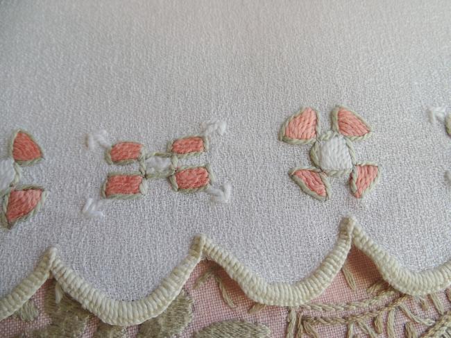 Charmant centre de table en granité de lin, broderie Art Déco en fil de soie