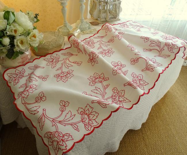 Merveilleux chemin de table en lin avec broderie rouge, rinceaux de pivoines