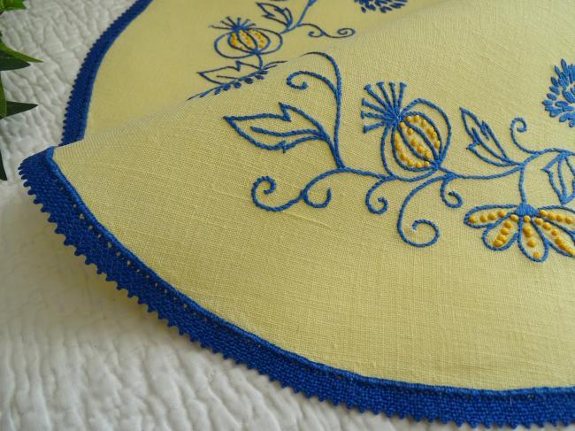 Joli napperon de forme ronde brodé de fleurs et fruits en cage