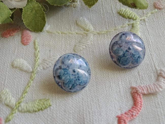 Superbe bouton bombé motif fleur, en couleur bleu marbré et irisé , 18mm