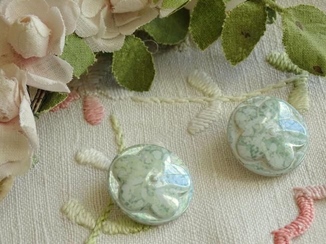 Superbe bouton bombé motif fleur, en couleur vert tilleul marbré et irisé , 22mm