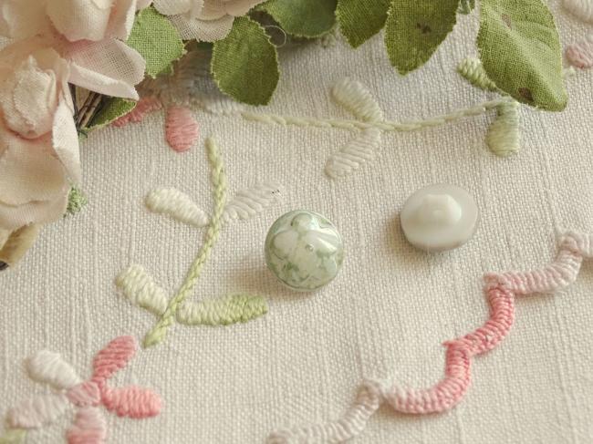 Superbe bouton bombé motif fleur, en couleur vert tilleul marbré et irisé ,13mm