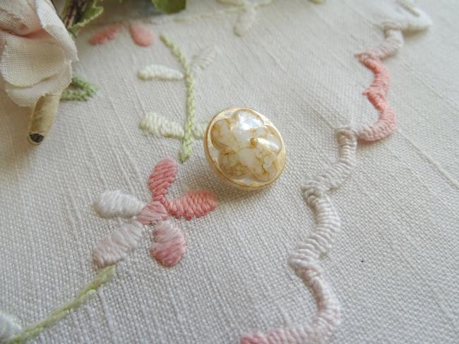 Superbe bouton bombé motif fleur, en couleur ambre dorée et irisée , 18mm