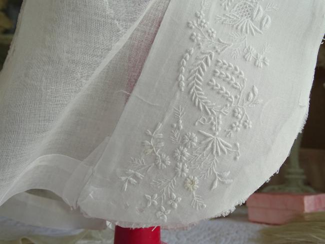 Coiffe ancienne de Tourangelle brodée de fleurs à remonter 1880