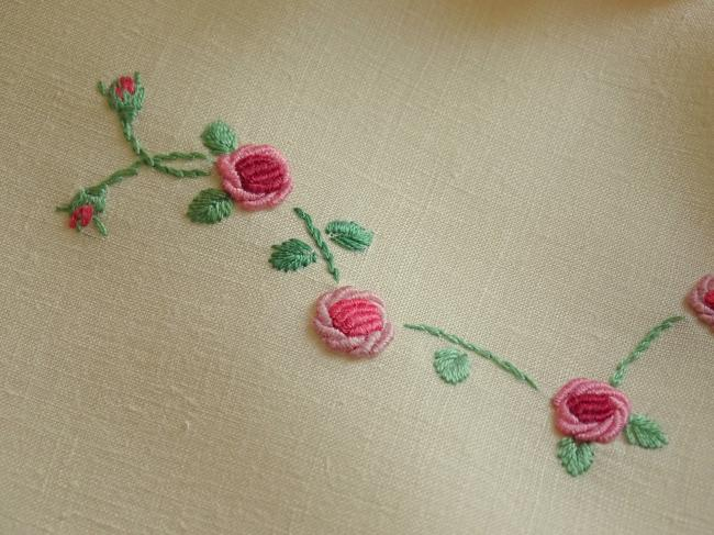 Adorable service à thé en batiste de lin écru avec petites roses 1930