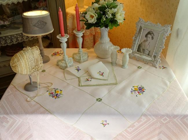Charmant service à thé et ses 6 serviettes en Pinã brodé de bouquets de fleurs