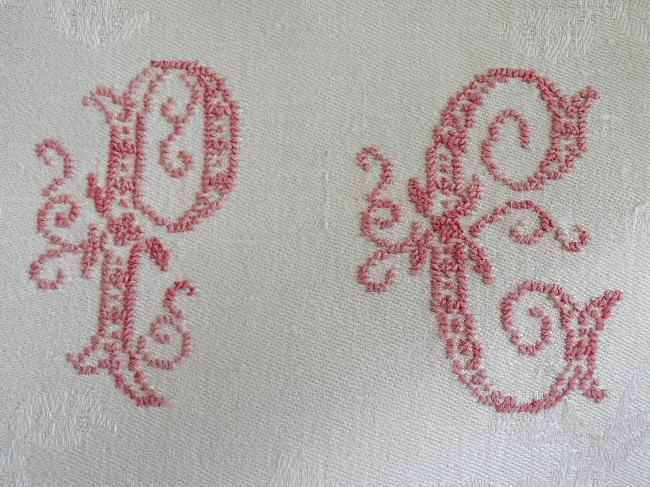 4 jolies serviettes en damassé de lin et monogramme rouge passé PC