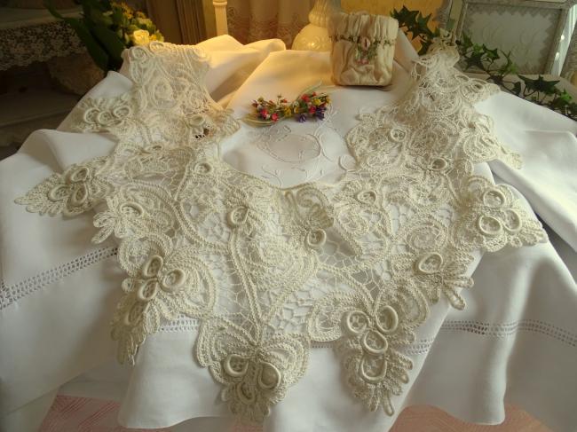 Magnifique large col en dentelle aux lacets Renaissance, oeillets et brides