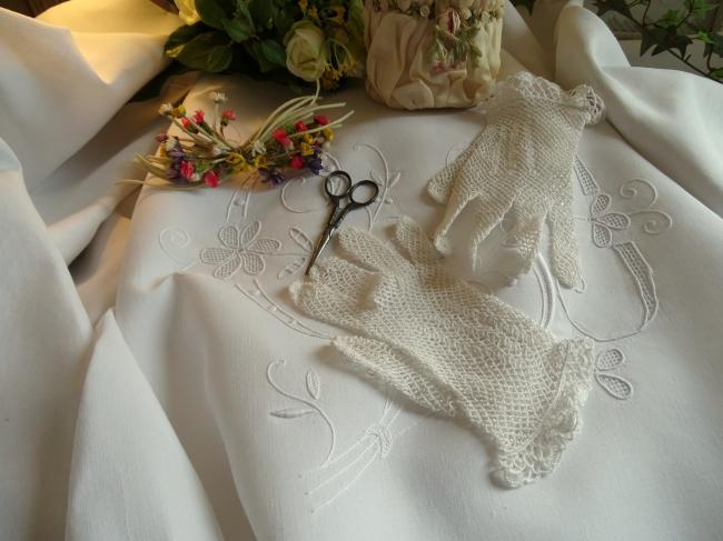 Jolie paire de gants en dentelle de crochet blanche