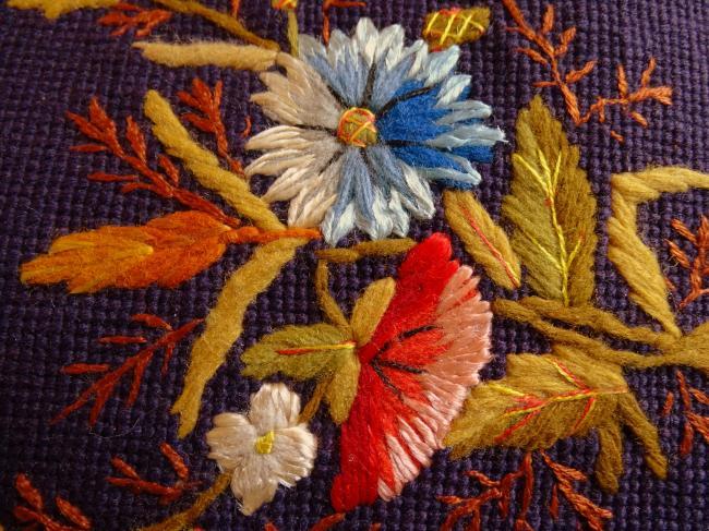 Rare paire de pantoufles sur canevas, brodé en fils de soie et laine 1860-70