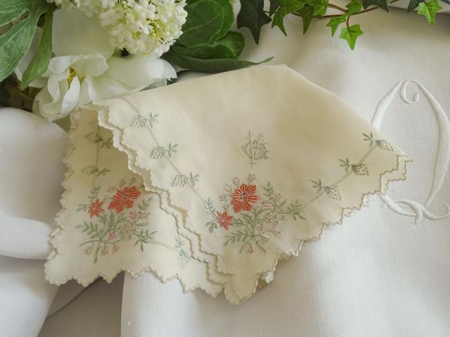 Elégant mouchoir en mousseline de soie brodée de fleurs et mono CV