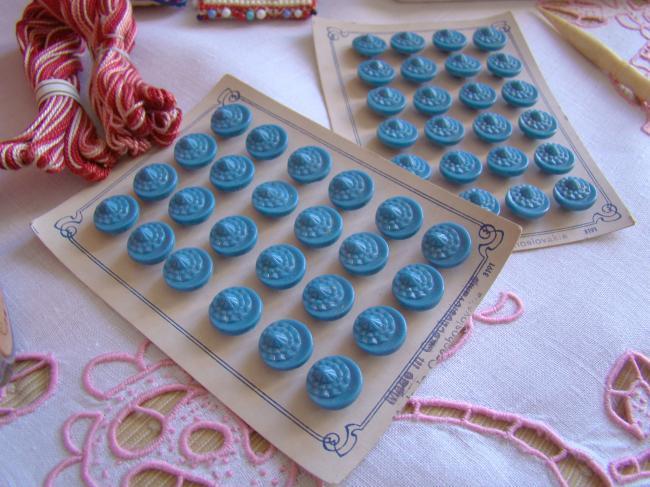 Adorable bouton stylisé en verre moulé,  bleu, 1930