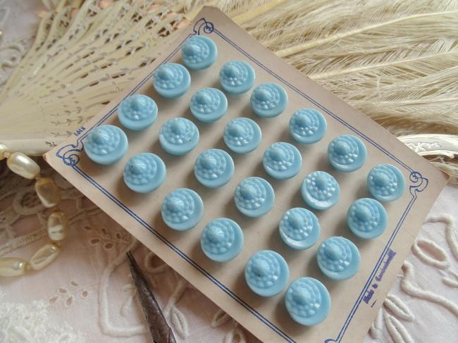 Adorable carte de 24 petits boutons stylisés en verre moulé,  bleu ciel, 1930