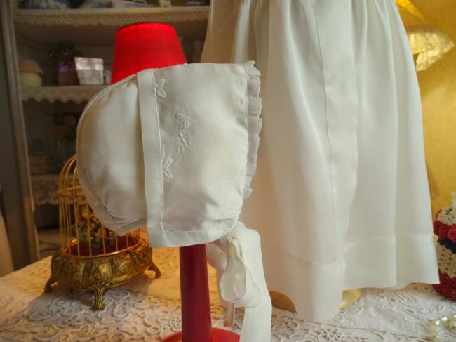 Joli ensemble manteau et son bonnet en satin de soie ivoire 1930